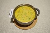 Шаг 9. Через пять минут после приготовления добавить сметану в суп и хорошо пере