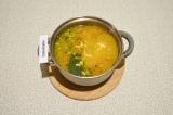 Шаг 8. За пару минут до готовности добавить зеленый горошек, укроп и сыр.