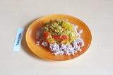 Шаг 7. Рис выложить на тарелку, поверх положить рагу из чечевицы. Украсить зелен