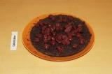 Шаг 9. Пропитать нижний слой вишневым соком и выложить вишню.