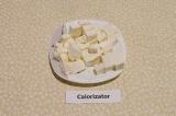 Шаг 5. Сыр фета также порезать кубиками.