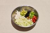 Шаг 7. В глубоком салатнике смешать все ингредиенты и заправить маслом.