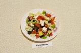 Готовое блюдо: салат из капусты с авокадо