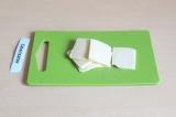 Шаг 3. Сыр нарезать на кусочки.