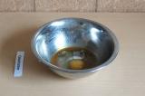 Шаг 7. Смешать приправы с яйцом.