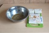 Шаг 8. Обмакнуть каждый рулет в яйце и обжарить с двух сторон на сковороде.