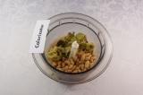 Шаг 5. В чашу блендера выложить баклажан, фасоль (предварительно слив из нее жид