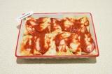 Шаг 11. Голубцы выложить в форму для запекания смазать томатной пастой.