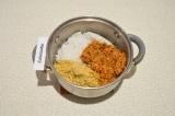 Шаг 8. В глубокой посуде смешать рис, чечевицу и тушеную морковь.
