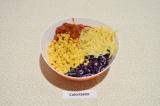 Шаг 3. Смешать в глубоком салатнике кукурузу, фасоль, капусту и маринованный лук