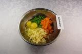 Шаг 6. Смешать морковное пюре, горошек, яйца, сыр.