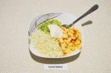 Шаг 4. В салатнике смешать все ингредиенты и заправить сметаной.