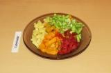 Шаг 8. Добавить овощи в бульон и проварить минут 10.