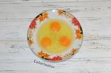 Шаг 4. Разбить яйца в миску и посолить, добавить перец и хорошо перемешать.