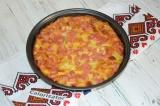 Готовое блюдо: фриттата с хлебом, колбасой и яйцом