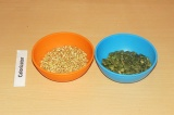 Шаг 4. Зеленую гречку и семечки превратить в муку.