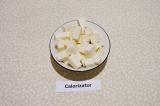 Шаг 2. Адыгейский сыр нарезать мелкими кубиками.