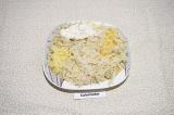 Шаг 1. Первым слоем натереть картофель на крупной терке, подсолить и смазать май