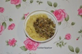 Шаг 2. Лук и грибы мелко нарезать и обжарить на сковороде с растительным маслом.