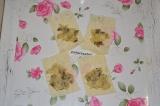 Шаг 3. Листы лаваша разрезать на полоски или квадратики. На каждый кусок лаваша