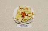 Шаг 3. Яблоко нарезать кубиками среднего размера.