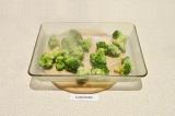 Шаг 5. В форму для выпечки выложить брокколи.