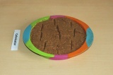 Шаг 8. Выложить кекс слоями и отправить в духовку на 30 минут при 180 С.
