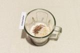 Шаг 3. Добавить в чашу блендера кунжут, семена льна и овсяную крупу. Еще раз все