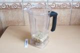Шаг 11. Взбить блендером кешью, лимонный сок, воду, сироп топинамбура.