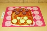 Шаг 10. Смазать томатной пастой и выложить колбасу и кабачок.