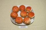 Шаг 5. На каждый бутерброд выложить помидорку и украсить сырной заправкой.