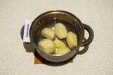 Шаг 1. Картофель отварить в подсоленной воде до готовности.