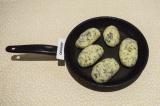 Шаг 7. На сухой сковороде обжарить зразы с двух сторон.