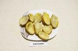 Шаг 5. Запеченную и немного остывшую картошку разрезать пополам и при помощи чай