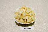 Шаг 1. Картофель нарезать крупными кубиками.
