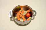 Шаг 4. Налить в кастрюлю 2 литра воды, добавить крупно нарезанные морковь, сельд