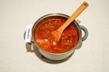 Шаг 8. Добавить в суп обжаренные овощи и зеленый горошек, томить на медленном ог