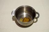 Шаг 4. В кастрюле с толстым дном обжарить на масле специи и лавровый лист в теч