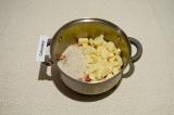 Шаг 6. Добавить картофель и рис, смешать с морковью, подсолить и обжаривать