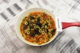 Шаг 5. Маслины и оливки нарезать колечками, добавить в сковороду, тушить 2 мин.