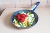 Шаг 9. Добавить все ингредиенты в сковороду кроме фасоли и специй и тушить мину