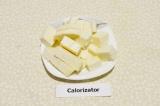 Шаг 2. Адыгейский сыр нарезать кубиками.