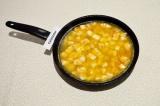 Шаг 4. Залить кипятком рис с сыром, плотно закрыть крышкой, убавить огонь на ми