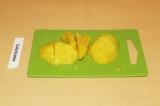 Шаг 2. Почистить и нарезать манго.