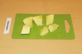 Шаг 3. Почистить и нарезать ананас.