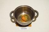 Шаг 2. В кастрюле с толстым дном нагреть масло и специи, до приятного аромата.