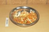Шаг 6. Смешать ингредиенты для салата и полить заправкой.