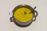 Шаг 8. Добавить в кастрюлю грибы с морковью и сметаной и плавленый сыр, томить