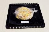 Шаг 6. В рукав для запекания выложить картофель с морковью и адыгейским сыром.