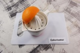 Шаг 1. Из половины апельсина выжать сок.